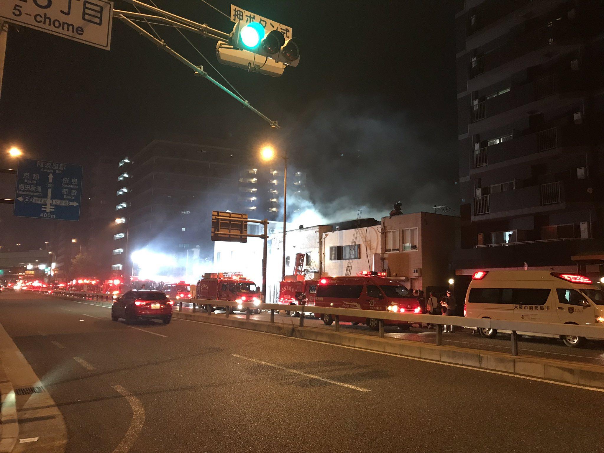 画像,近くで火事、緊急車両20台以上出てきてて道路も塞がってて大変😳閉店後に若いスタッフが悪ふざけしてるのが目障りだった美容室が燃えて複雑な気分だ😂 https://…