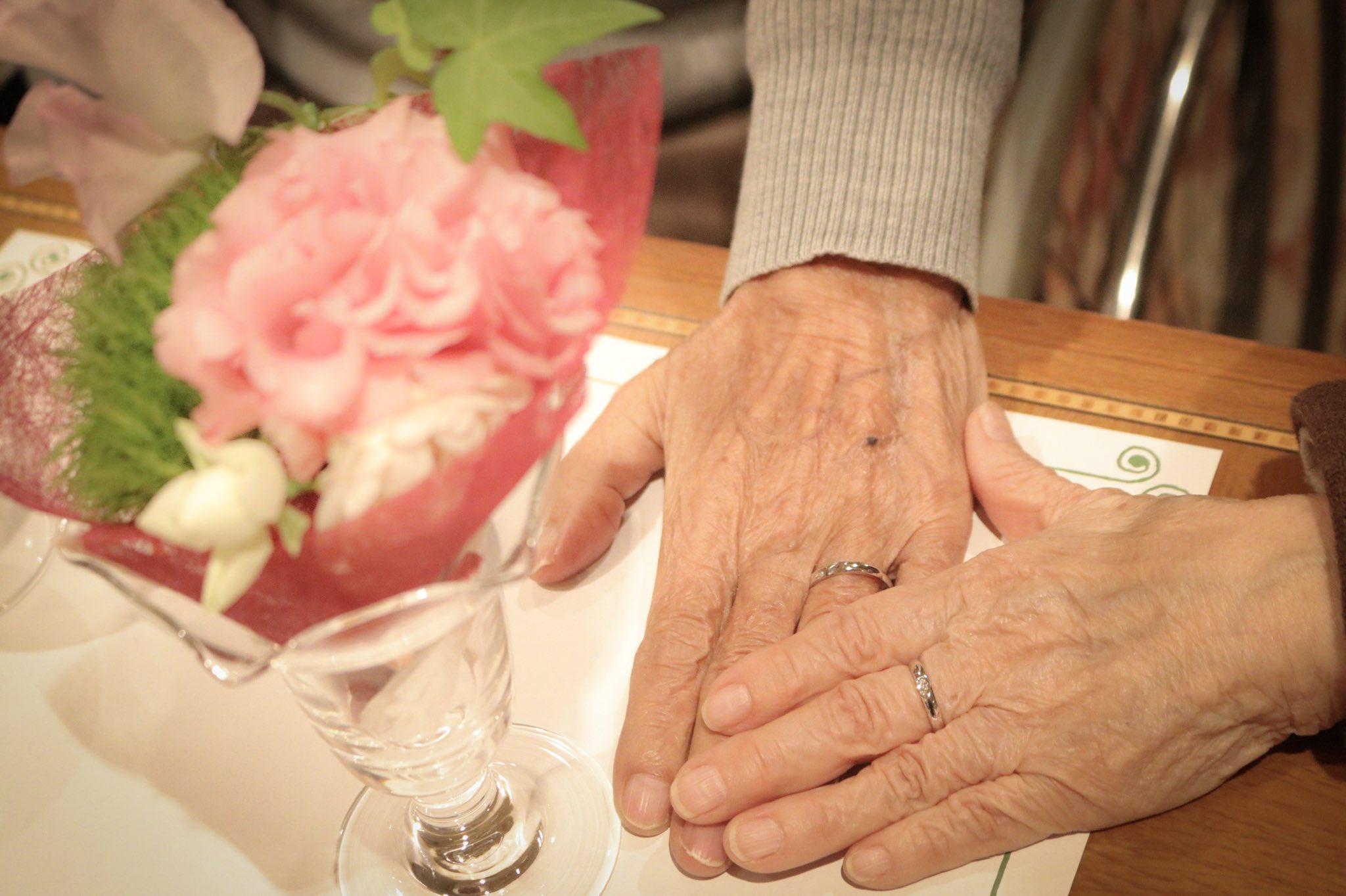 結婚60周年を迎えたとき。 おじいちゃんからおばあちゃんへ 感謝の気持ちを込めて指輪のプレゼント。  この2ヶ月後おじいちゃんは天国へ。 感涙するおばあちゃんを見守る 優しいおじいちゃんの表情。 カタチとして残っているからこそ その時の幸せな感情が蘇ってくる。 幸せを写真に。