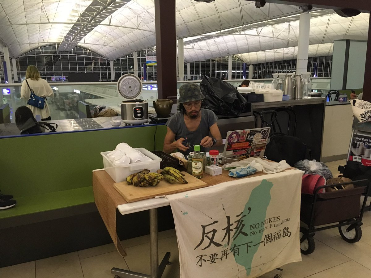 Police, and most protesters have left #HongKongAirport - but in a shuttered kitchen, one activist is making meals for stranded passengers. #HKprotests #antiELAB #China<br>http://pic.twitter.com/KWNzrJiPcY