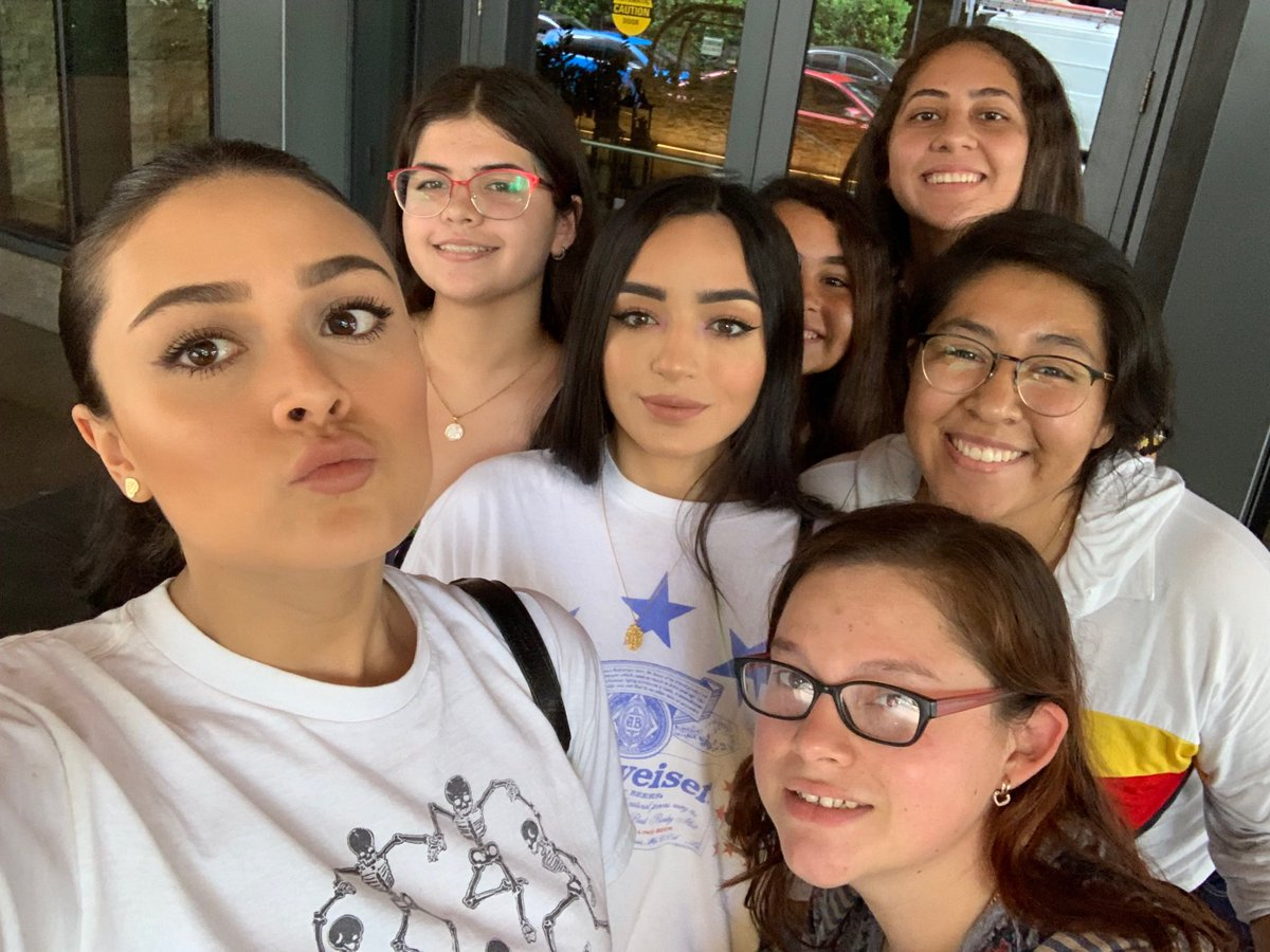 Thank you @calleypocheoffi even though you were running late you still took a moment to take a pic and sign my copy of #SiSiEsContigo <br>http://pic.twitter.com/V19oQpixeM