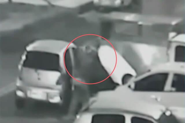Niña encaró a ladrones armados que estaban robando autopartes en Bogotá https://buff.ly/2Z1Sg79