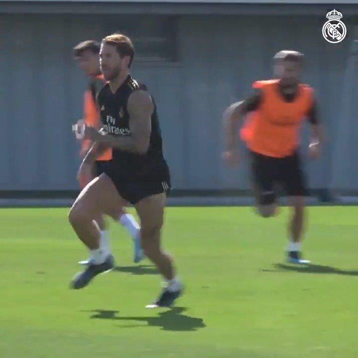 ⚽👀 ¡Mira quién ha vuelto a entrenar con el grupo...!  💪 @SergioRamos 💪  #HalaMadrid | #RMCity