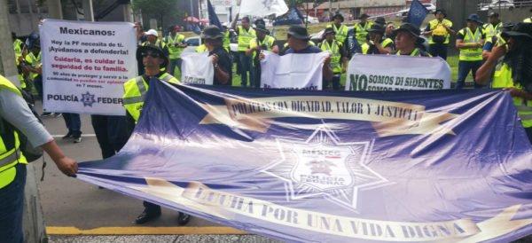 Policías federales cerraron Periférico Sur, tras informe sobre avances en Guardia Nacional   Videos http://ow.ly/Qfpp30ply9w