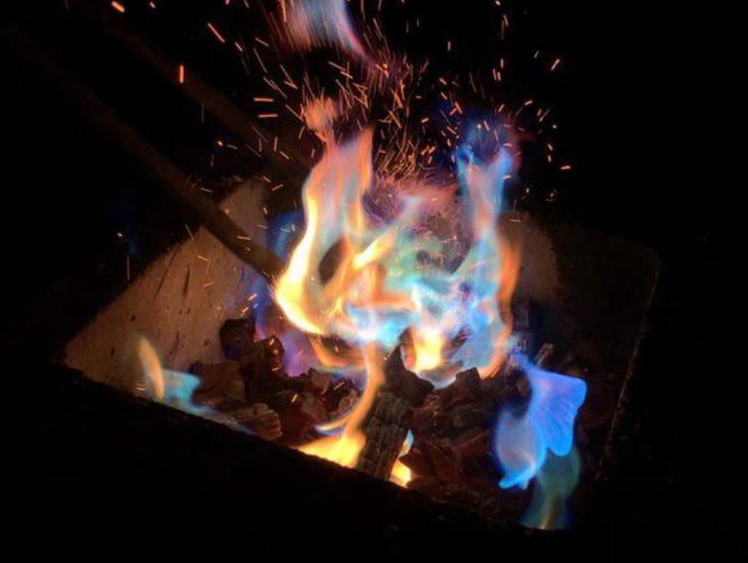 プロメアじゃん…………1袋300円で虹色の炎見れるの胸熱の激熱すぎ🔥