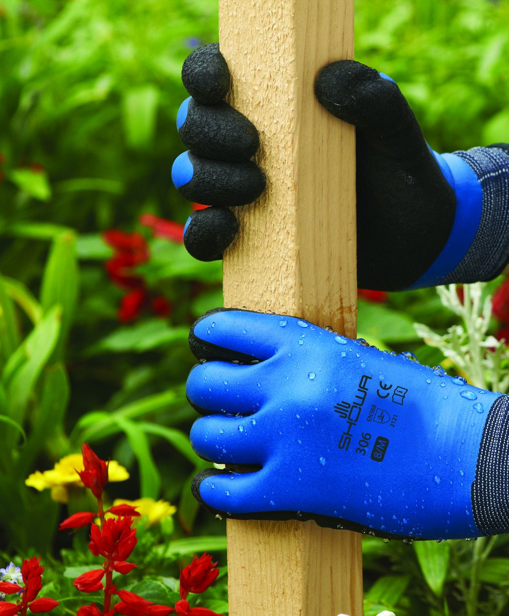 Rainy days mean you need gloves that keep your hands dry & the SHOWA 306 fit the bill. #Follow & #RT for the chance to win a pair. UK Residents Only T&Cs Apply Closes 21/08/19 at 11:59PM More bundle offers 👇 gardening-gloves.co.uk/products/ #WinItWednesday #FreebieFriday
