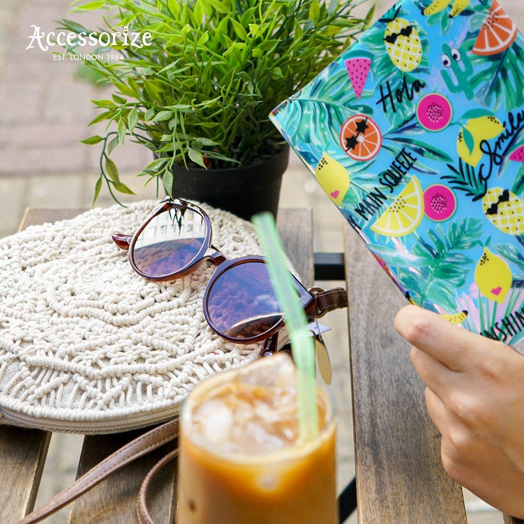 Çantanda olması gereken yegane ikili: Rengarenk defterin ve havalı mı havalı güneş gözlüğün! https://t.co/WjBgvO72AU