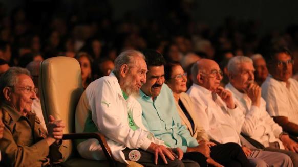 """قبل ثلاثة أعوام """"قبل وفاة كاسترو بأشهر"""" احتفل بعيد ميلاده ال90 مرتديا بذلة #المنتخب_الجزائري ❤️🇩🇿"""