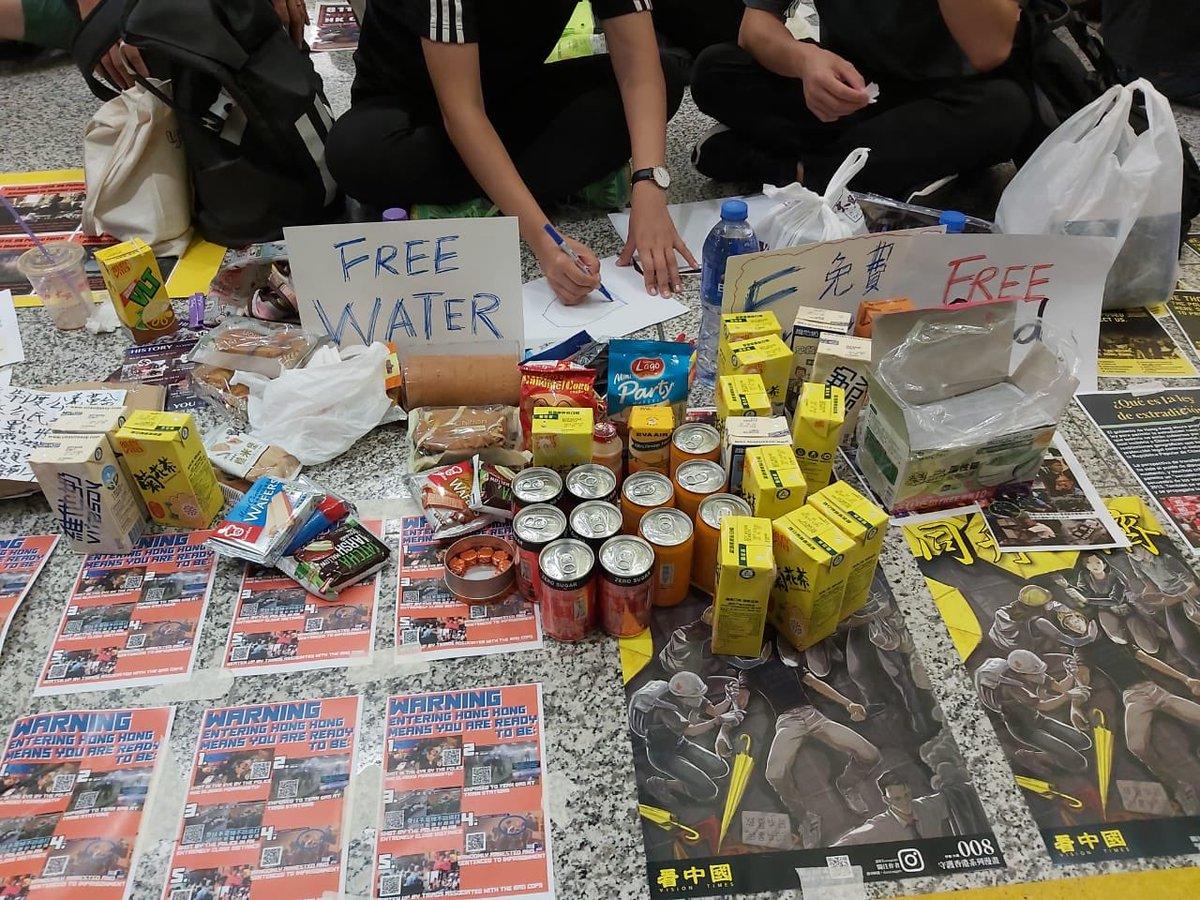 香港空港のデモに居合わせた。デモ隊の人達はみんな若かった。香港の未来に絶望する学生たち。彼らは空港で足止めになった観光客の為に、「迷惑を掛けてごめんなさい」と無料で食べ物と食事を配ってくれていた。優し〜。空港のレストランは閉まっていたので空港で一晩明かす人達は助かったと思う。