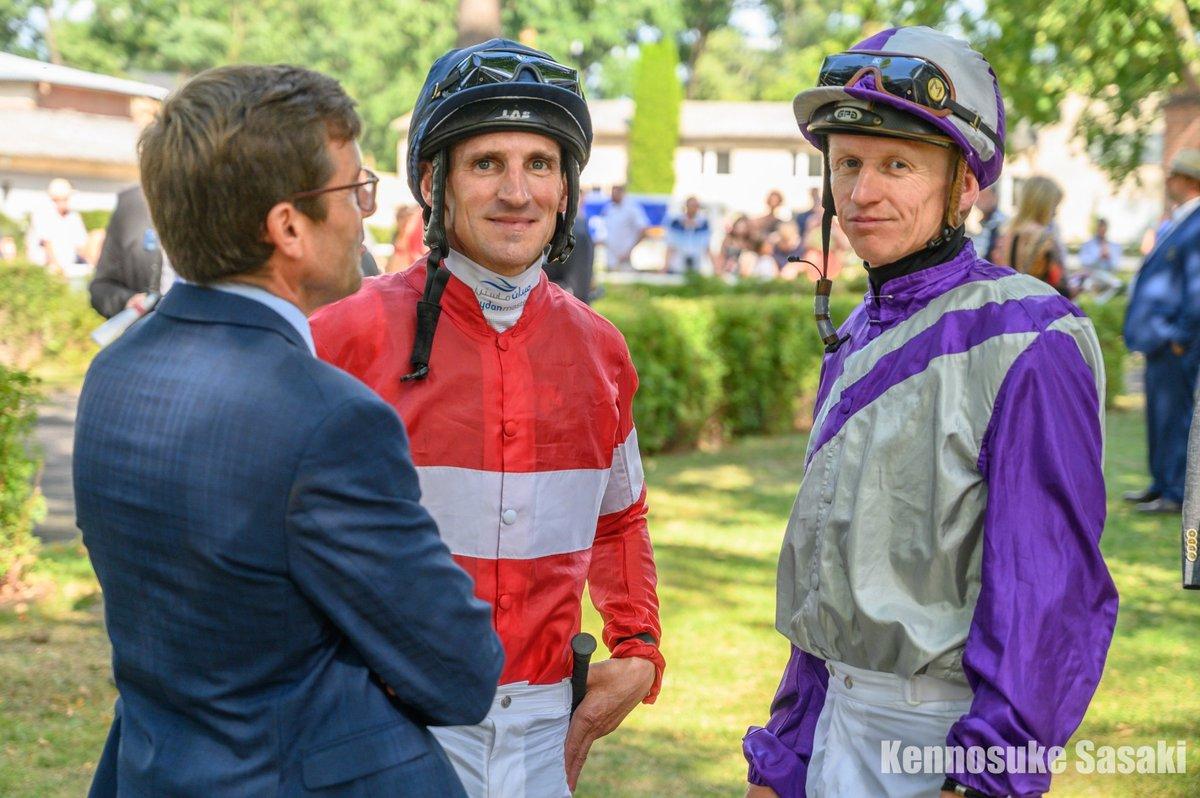 先日のベルリン・ホッペガルテン競馬場のパドックでのシュタルケ騎手とミナリク騎手。左はデインドリームを管理していたP.シールゲン師。なぜかこのときは和やかな雰囲気で話をされていました。