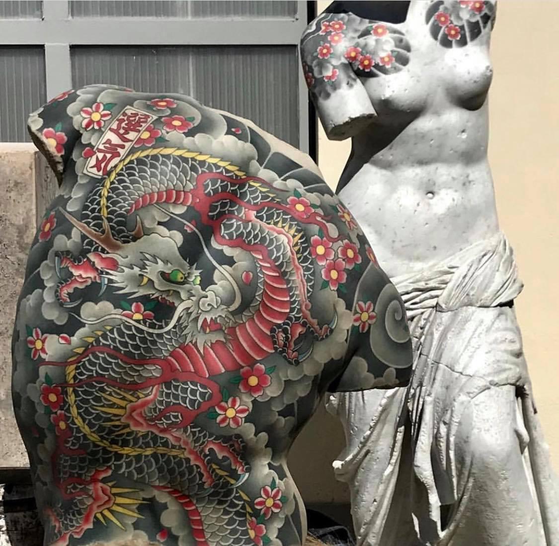 L'artiste italien Fabio Viale aime reproduire des sculptures classiques de l'#Antiquité en #marbre. Il les modernise en les décorant de magnifiques #…