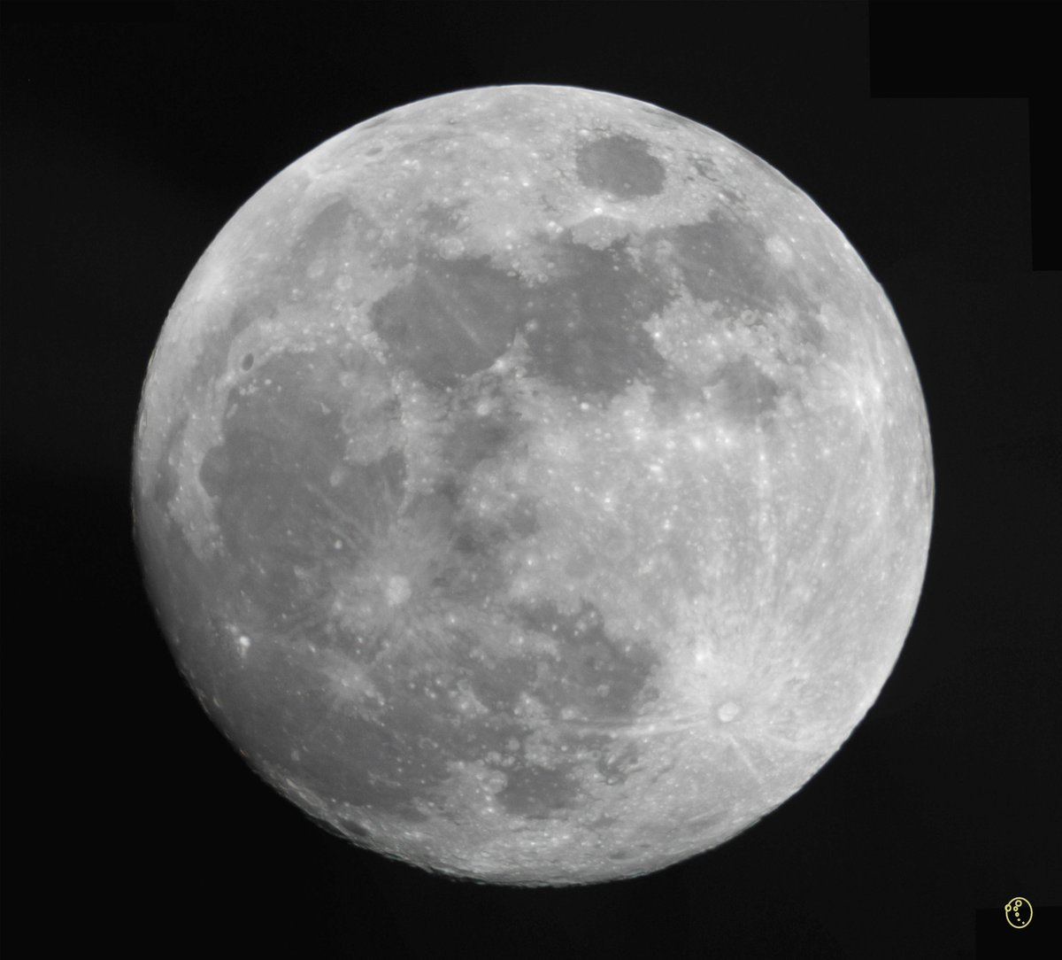 neanderthal on a plain on Twitter: Waxing Gibbous from 2019 08 14, 8in Dob + Canon DSLR + Barlow 40 images aligned and a bit of gimp magic, this one had ISO set to 200 and the exposure to 1/200 #myphoto #moon…