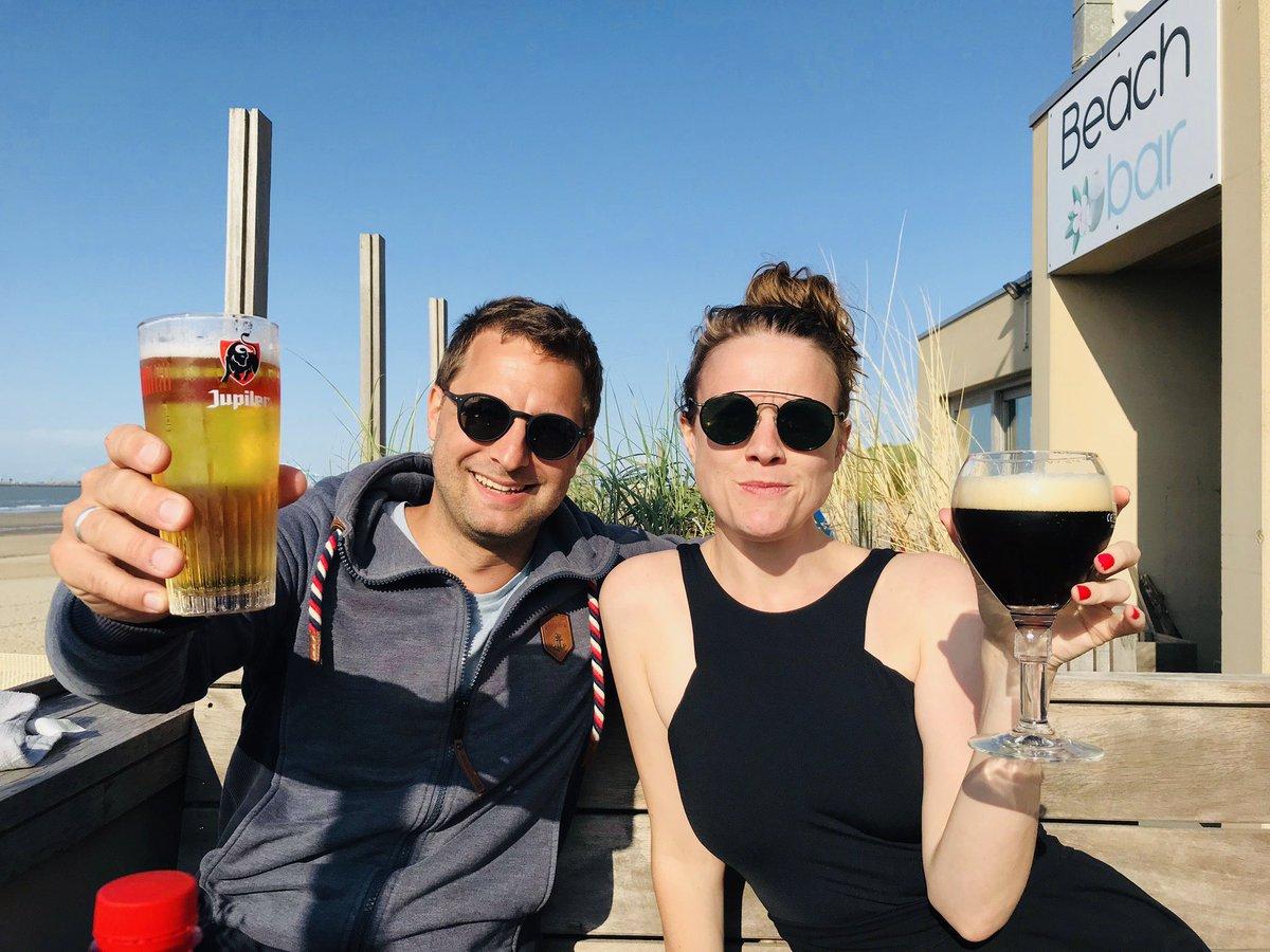 Exekutive und Legislative glücklich vereint beim Bier am Strand.