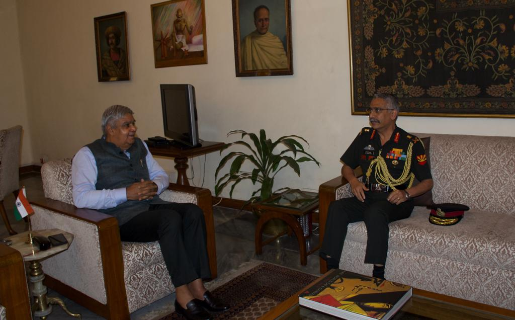 #Interaction  #ArmyCdrEC called on the Hon'ble Governor of West Bengal, Shri Jagdeep Dhankhar at Raj Bhawan in Kolkata on 14 Aug and apprised him of the close and efficient Civil-Military bonds in the State  @adgpi @SpokespersonMoD https://t.co/8SNW8ZTTtQ