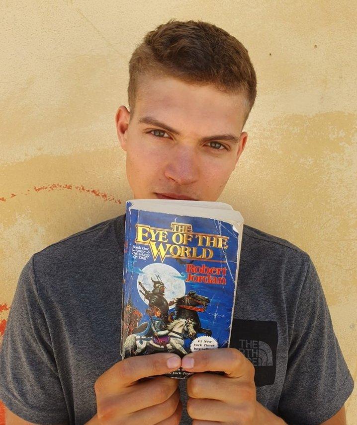 Josha Stradowski, Rand al'Thor karakterini canlandıracak.