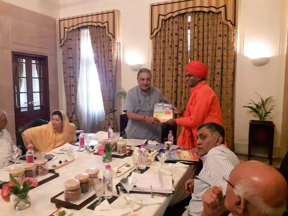 जोधपुर दरबार महाराज श्री गजसिंह जी महाराज एवं महारानी सा को गुरू महाराज जी की बरसी  मेले में आने का निमंत्रण देते हुए ।