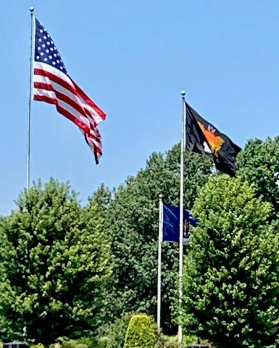 #Appliqued #Flags can be beautiful. 12'x 18' #Indiana #custom Chancelor #flags flanking the 20' x 30' #USFlag making for a big spectacular display. https://t.co/VMq1KV2Aer https://t.co/rWB6NjPH0J