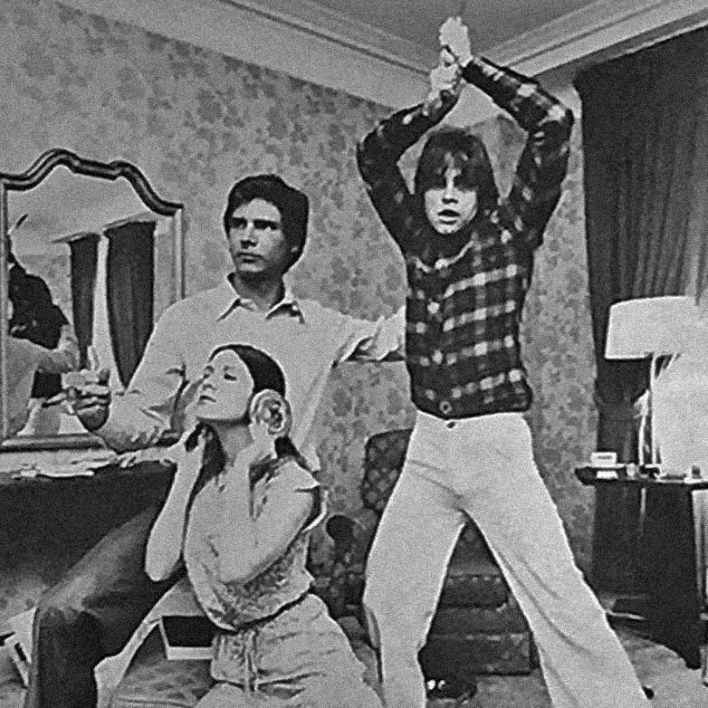 1977: Harrison Ford, Carrie Fisher and Mark Hamill act out a Star Wars poster in a hôtel _ Carrie Fisher is using pain aux raisins as hair buns. _ For more pictures like this, follow @RetronautHQ<br>http://pic.twitter.com/AOfOakEO6e