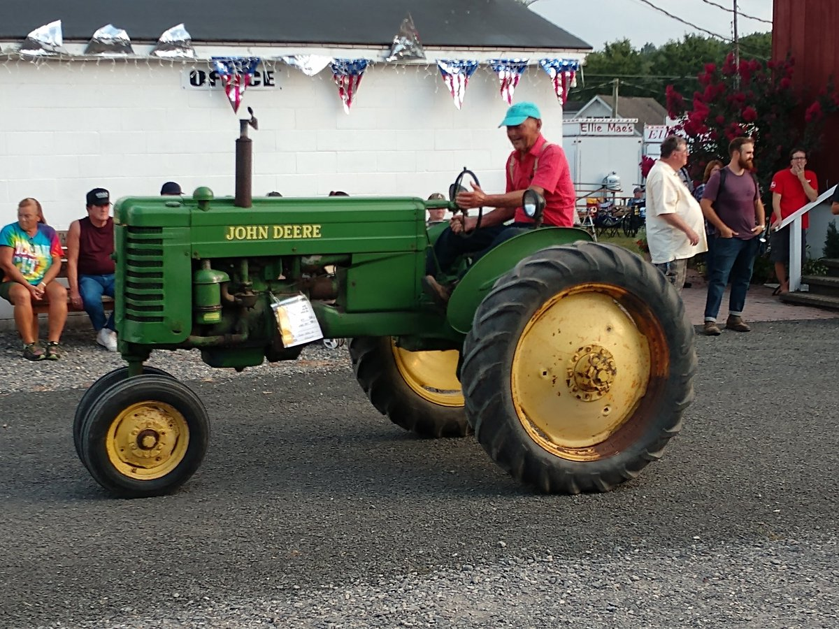 Antique Tractor Parade is always a crowd pleaser! @JohnDeere @PerryCntyChmbr