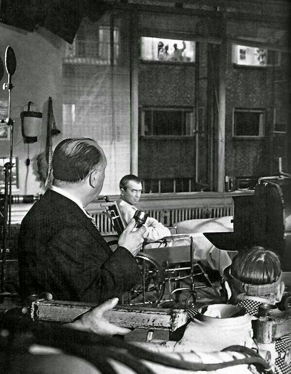 🎬Alfred Hitchcock dirigiendo a James Stewart en 'Rear Window' (1954).