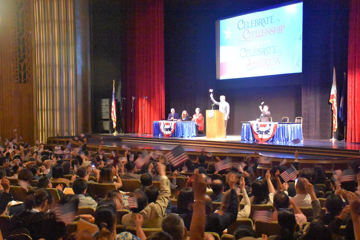 I had the enormous honor today of addressing >1,300 new U.S. citizens at their naturalization ceremony in Oakland's Paramount Theatre. It's so humbling to be part of such an important & happy day for so many people. Welcome, fellow Americans! https://t.co/EGyRPqsZLa