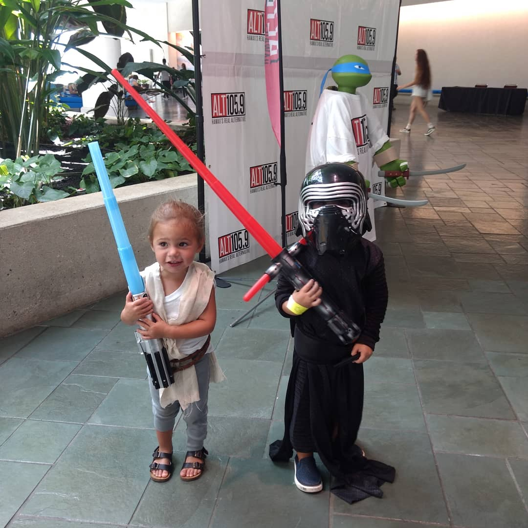 This little Rey and Kylo Ren were frickin adorable #rey #kyloren #starwars #cosplay #comicconhonolulu2019 https://t.co/6P1OW5JcMm