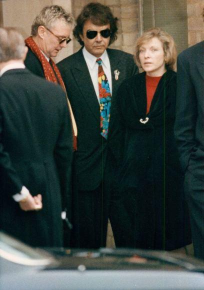 昨日見た写真集の中にもこの写真があったフレディの葬儀でのロジャーとD・クラークとメアリー考えるとロジャーとメアリーも友人として長い付き合いだな…今でも連絡取る事はあるのかな?ボラプの製作に彼女は関与してないけど承諾はしているというのをどこかで読んだ2枚目はロジャーのインスタから
