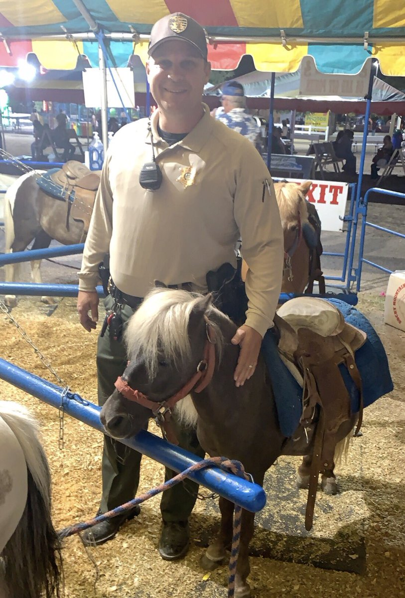 #heyleacounty ! Deputy Johnson made a new friend last night at the Lea County Fair! #foreverfriend #bff #hairyfriend pic.twitter.com/8spZf9refo