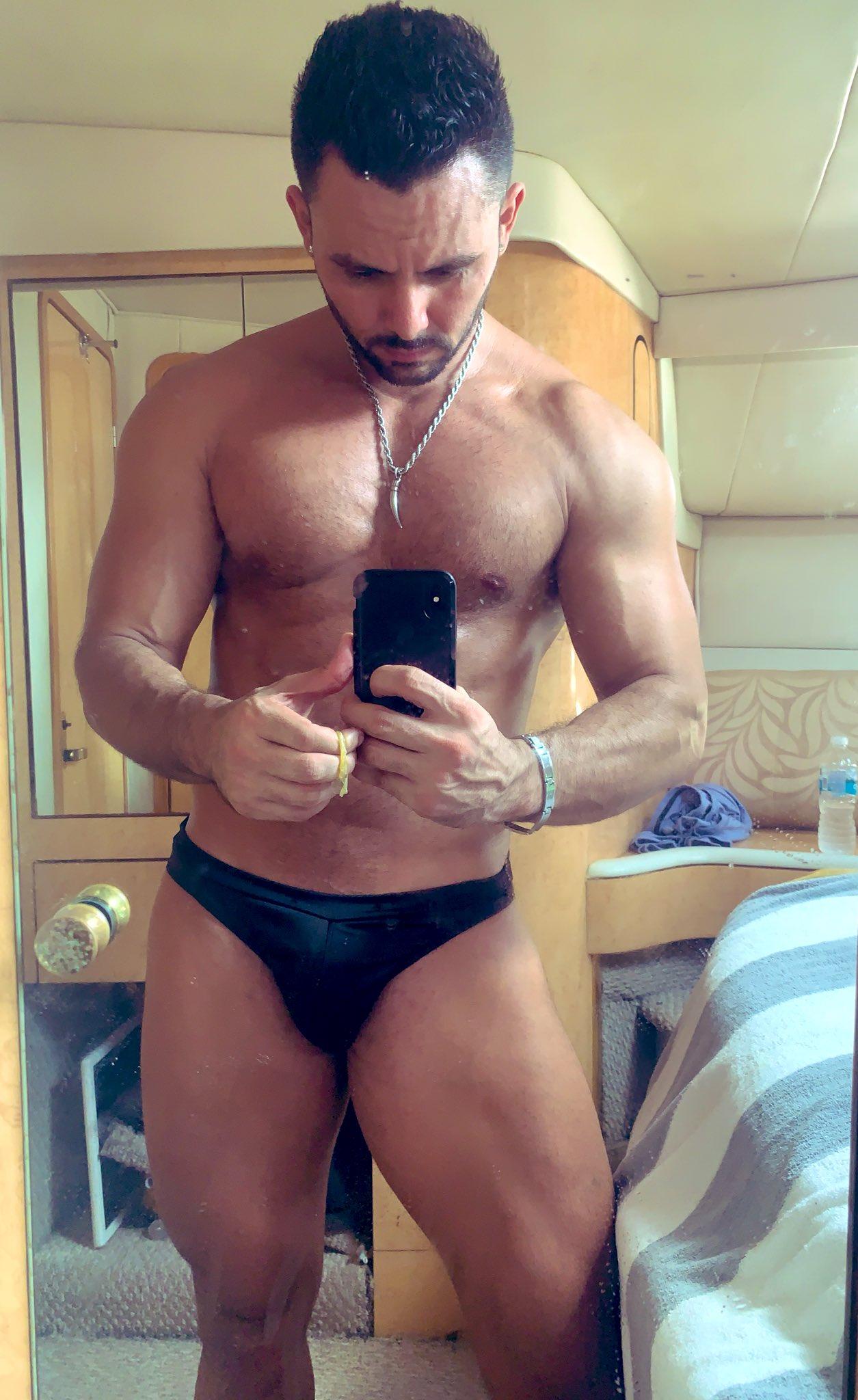 stripper quitándose la ropa