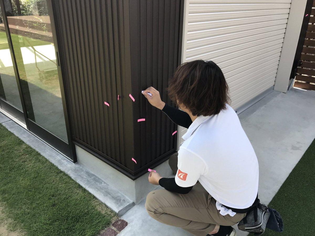 住宅やガレージでよく採用するガルバリウム鋼板の外壁には軽くて耐久性が高いメリットがあるけれど傷がつきやすいというデメリットも。  補修方法としてはシンナーで拭き取りタッチアップ塗料を吹き付けます。補修のプロに任せた方に任せます。  #外壁 #ガルバリウム鋼板