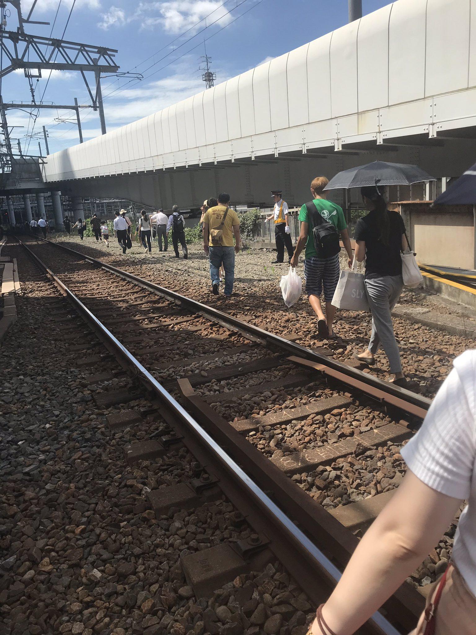 京成線の送電設備トラブルの停電で線路内を歩く画像
