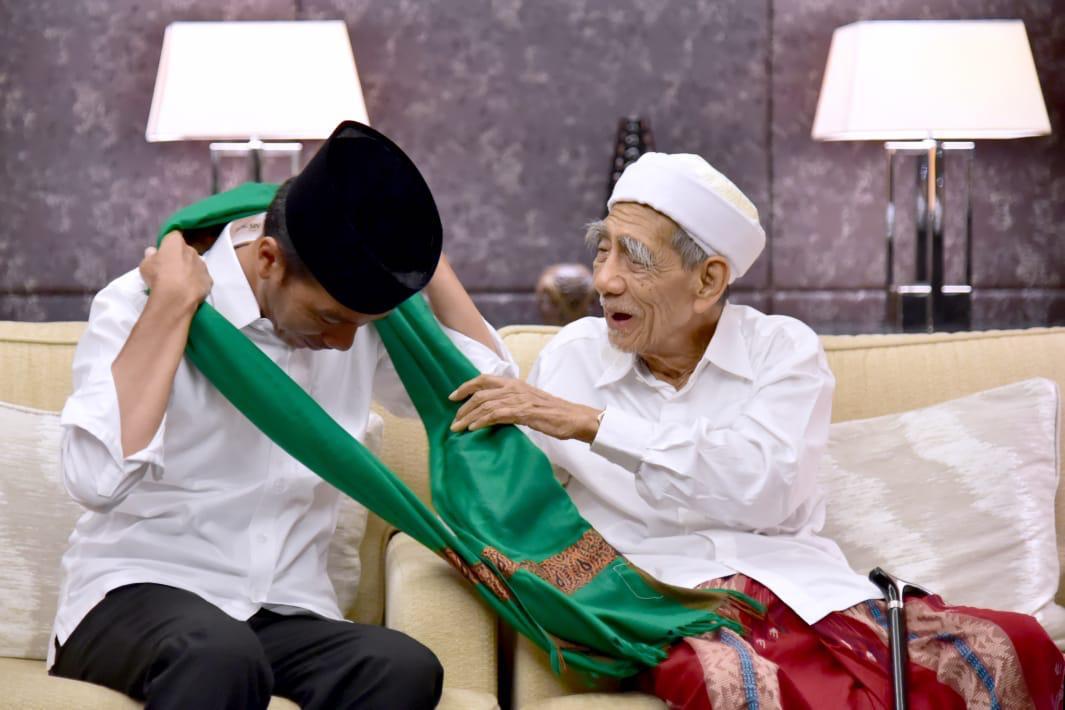 Sorban hijau ini dikalungkan sendiri oleh Kiai Haji Maimun Zubair. Hari ini, sang empunya sorban wafat di Makkah.Innalillahi wa inna ilaihi rajiun.Semoga Allah SWT memberi Mbah Moen tempat yang lapang di sisiNya, dan segenap keluarga yang ditinggalkan diberi kesabaran. Amin.