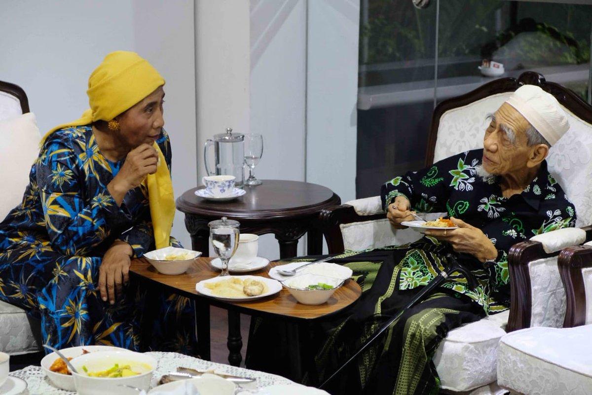 Kunjungan Mbah Moen terakhir di bulan mei ke rumah dinas jakarta. Makan malam bersama ngobrol.