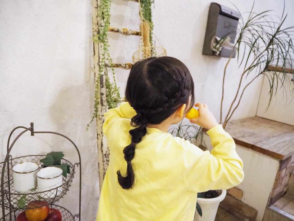 5歳の娘が急に「ポップコーン、中で食べたら10円でしょ?外で食べたら8円でしょ?だからみーちゃん外で歩きながら食べるね」と。 #軽減税率 をどこで知ったの? 行儀悪いから、ちゃんと座って食べてほしい… ママのために優しい 思うところはいっぱいだけど、かわいいからギュってしてみた(笑)
