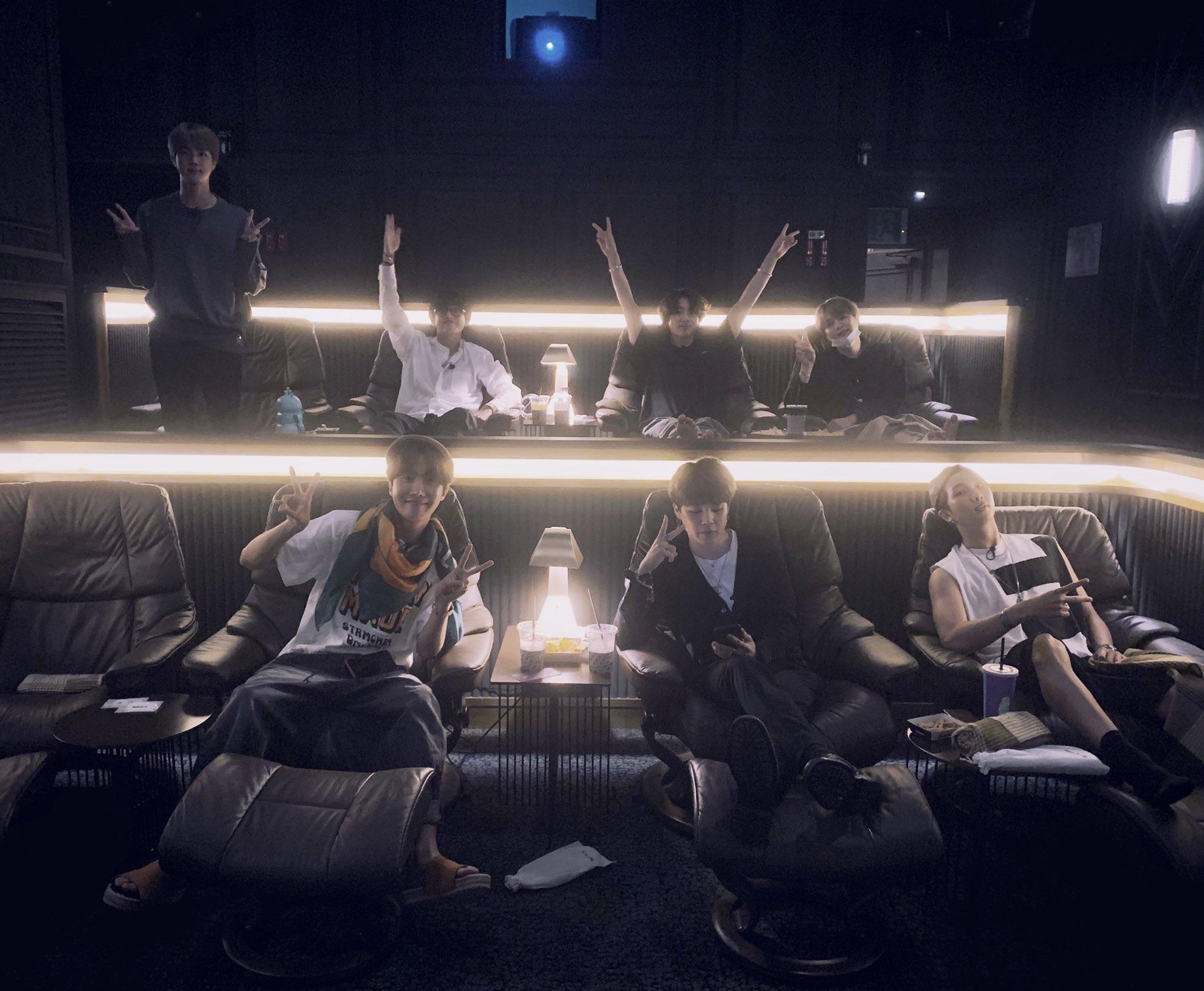 para member BTS menonton film Bring The Soul