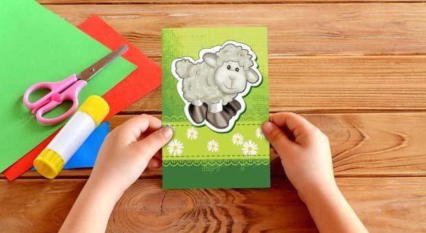 Çocuklar bayram tebrik kartlarını kendileri yapıyor