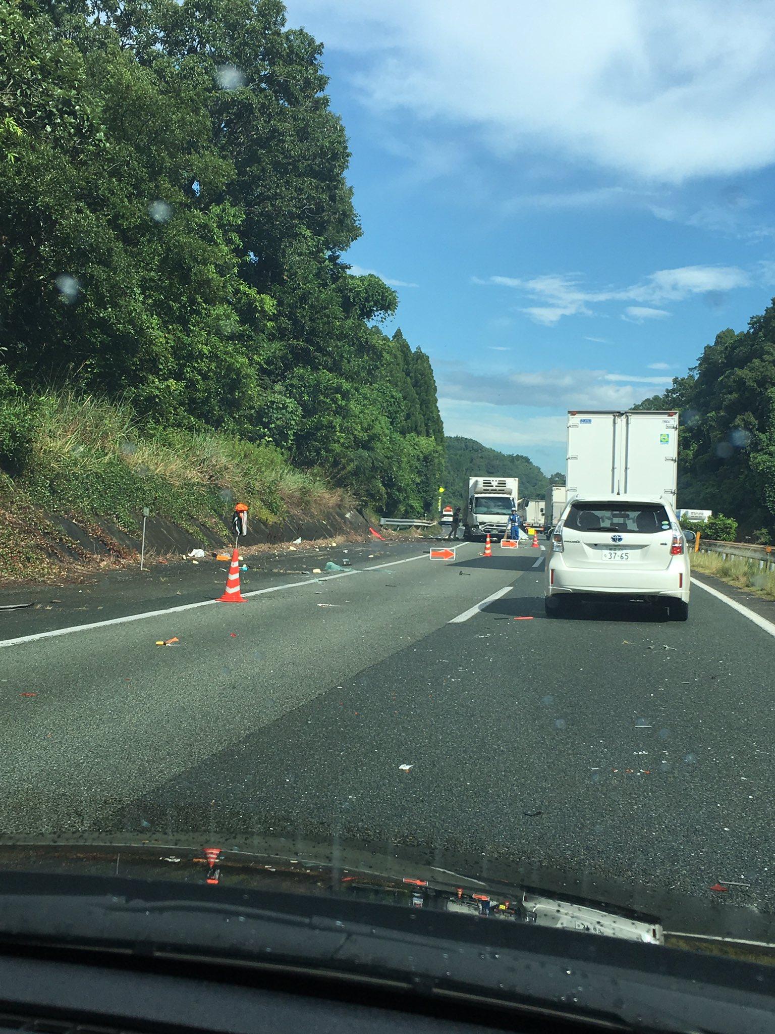 九州道の菊水IC付近でトラックの追突事故の現場画像