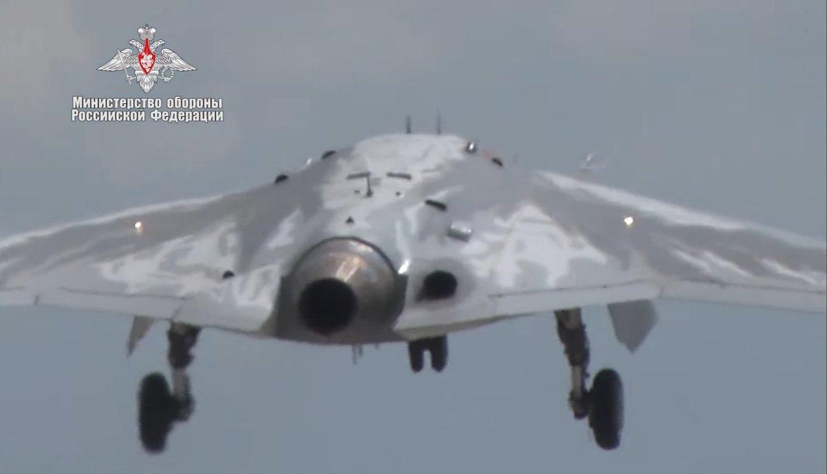 الدرون الروسي الثقيل UCAV Okhotnik يجري تجربته الاولى بنجاح EBXLH48VAAAgdR1