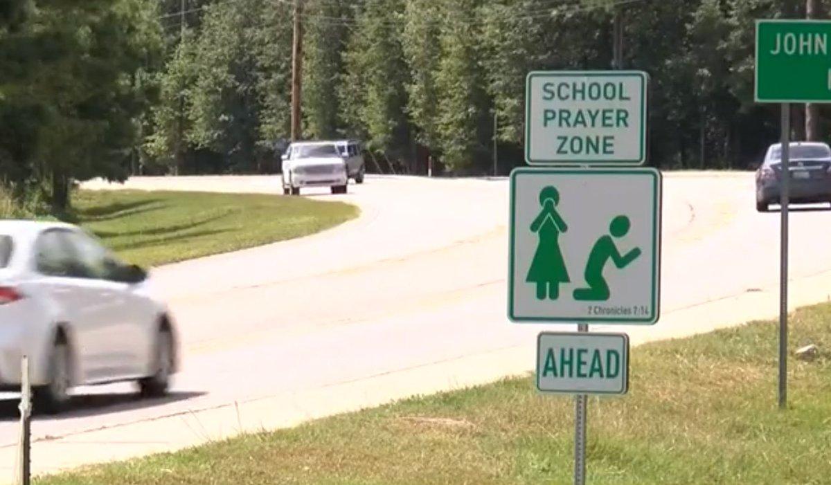 « School Prayer Zone » : De nouveaux panneaux apparaissent devant des écoles américaines EBXzPJoU4AA2QRX