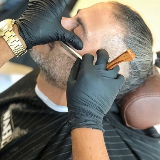 Get in real close with the Wahl 5 Star Retro Straight Razor    • Pic via IG laruchebarber  • For more info: https://bit.ly/2JdS4rx   #Canadianbarbers #menshair #mensbeards #barberlife #barbering #WahlProCanada #Wahl #WahlofFame #barbershoptoolspic.twitter.com/YO4FhUFLBK
