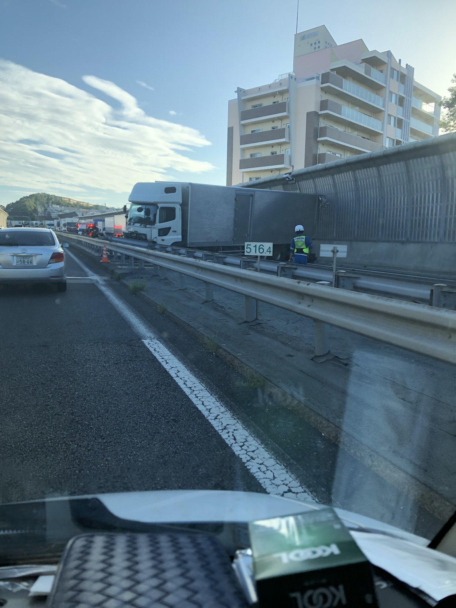 名神でトラックが車線塞ぐ事故が起き大渋滞している現場の画像