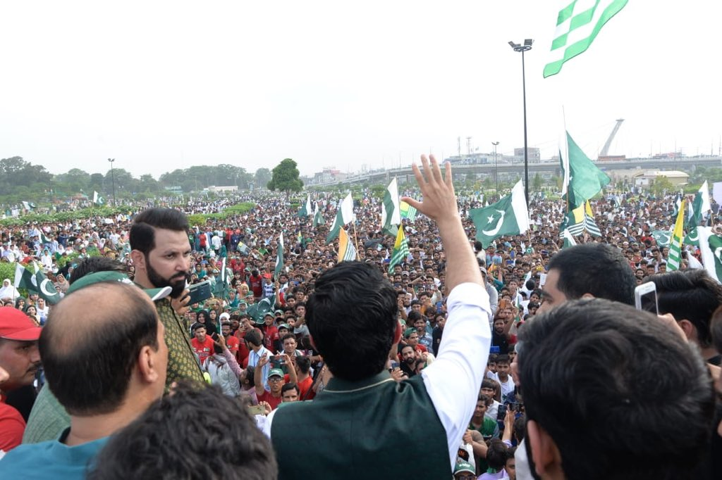 Kashmiri Mothers must know that their sons in Pakistan are there for Kashmir and raising their voice for the cause. If and when needed their lives would be sacrificed for Kashmir. Standing under Minar-e- Pakistan, team Sar-e-Aam takes the oath. #SareAamKashmirConvention
