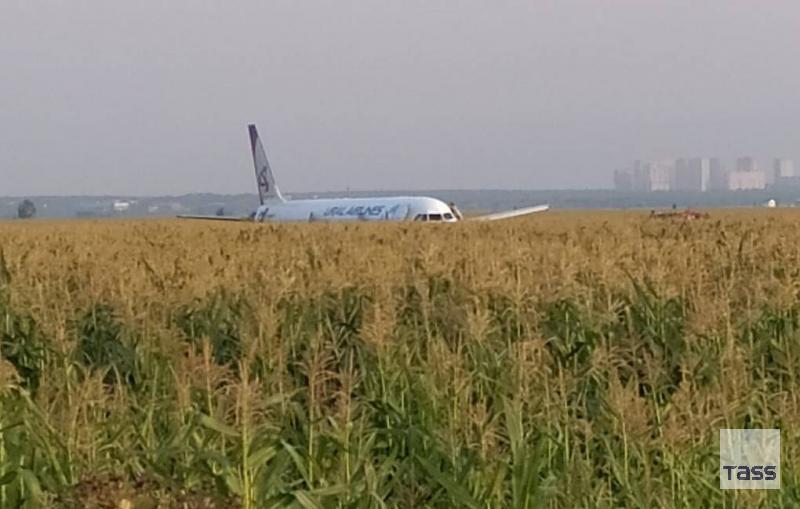 Plane crash landing in Moscow region leaves ten injured tass.com/emergencies/10…