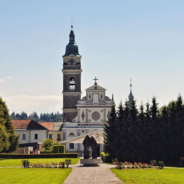 The Basilica of Mary Help of #Christians in Brezje is the largest pilgrimage site in #Slovenia⛪Famous #alter image of Mary with Jesus and the #Nativity Museum with more than 400 items from all over 🌍👉https://ter.li/4o9ip4#ifeelslovenia #itsculturetime #AssumptionDay