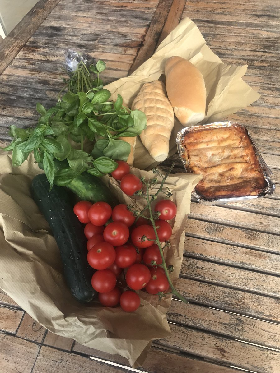 Loving Italy - day starts with a walk up to the little village shop to see what's on offer. Today's haul includes Lasagne and freshly baked bread. Have also found anchovies, home made pesto, beautiful cheeses, pastries and prosciutto. 🇮🇹