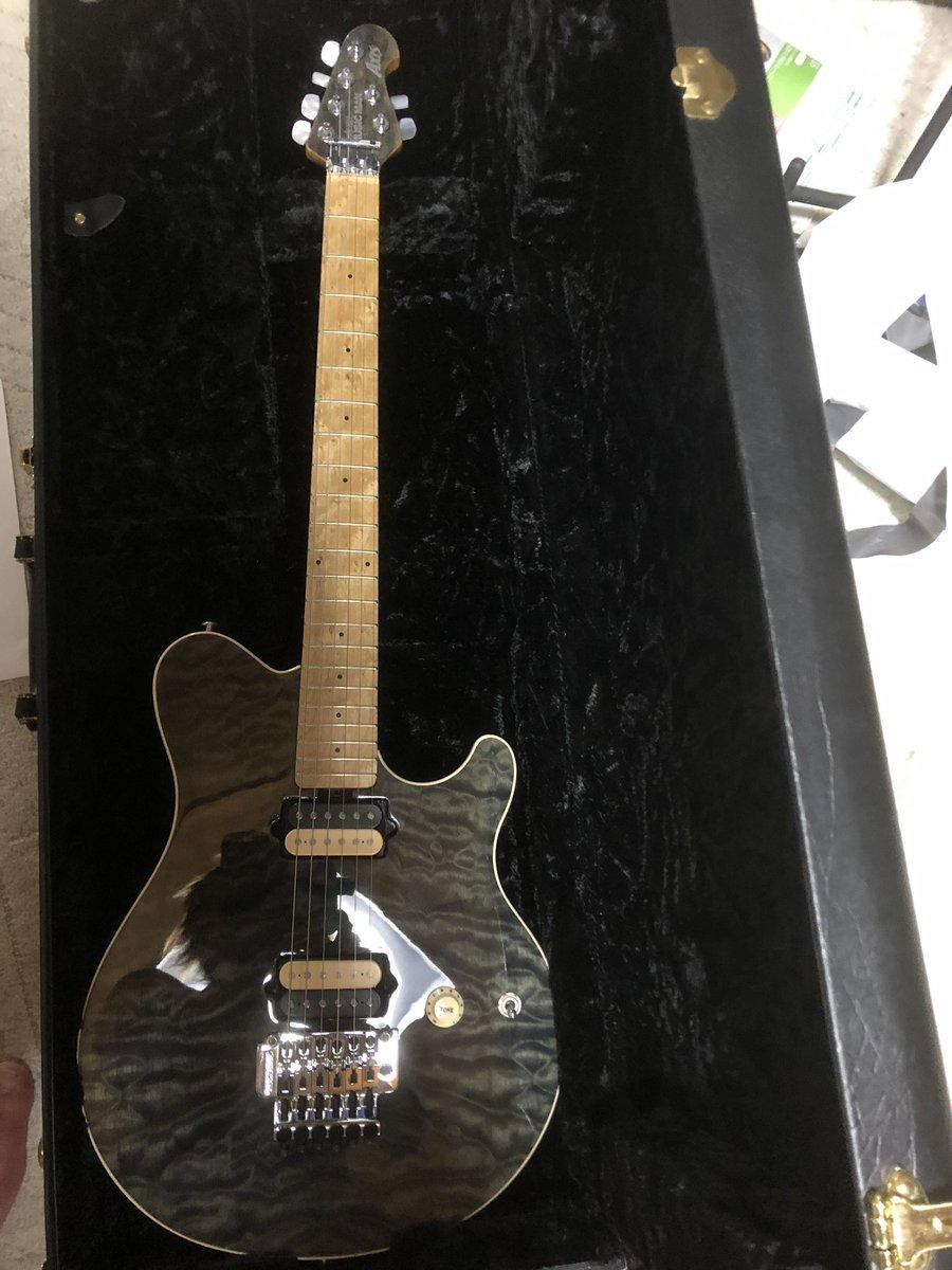 MUSICMAN AXISにサヨナラして、Gibson LP GOLDTOPが新たにファミリーの仲間入り。去年から目を付けてたギター、たまたま立ち寄った楽器屋にて発見。逃してなるものかと即決。冬のボーナスまで大人しくしときます。 #Gibson #grecozemaitis  #BAMBOO11 #baseontop #ギター貧乏 https://t.co/ys2tpEtge0