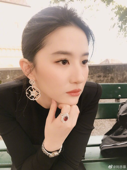 Yifei's Sina พ.ค.- ส.ค. 2562 - Page 2 EBa7Z3sU4AYhpqw?format=jpg&name=small