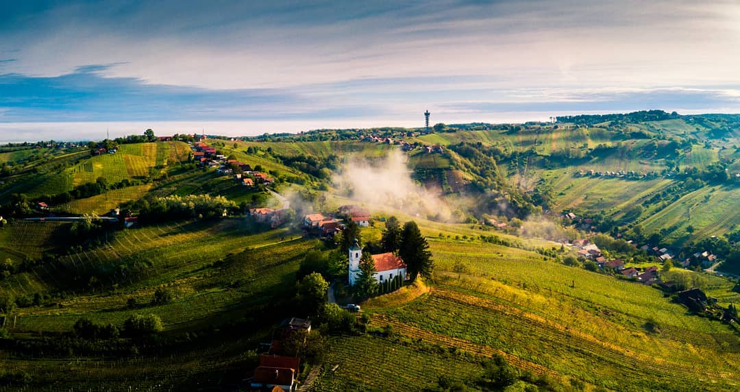Can you spot the Vinarium Tower? 👀🍇🌾Panoramic tower @VinariumLendava in @PomurjeR offers unique 360° view of the plains and gentle hills of not only Slovenia, but also Hungary, Austria and Croatia.📸 Kristijan #ifeelsLOVEnia #myway #Pomurje #PomurjeRegion #vineyards