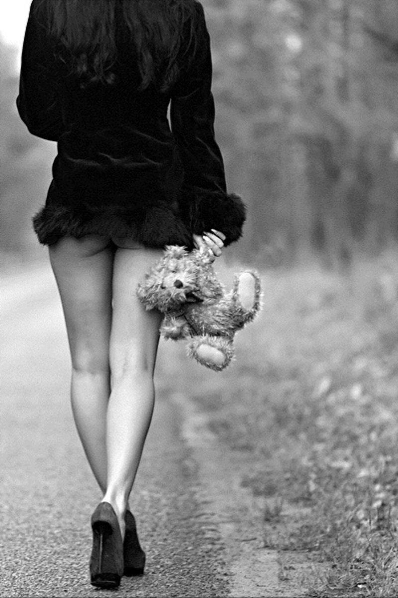 Картинка девочка с мишкой уходит