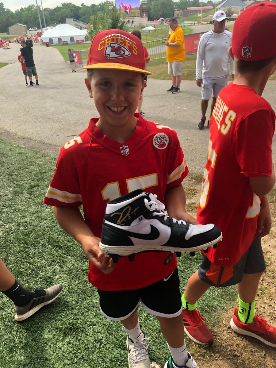 On his way to locker room, Frank Clark took off his cleats, signed them and gave them to a couple kids. Pretty cool @Chiefs https://t.co/4bFY6fKwoh