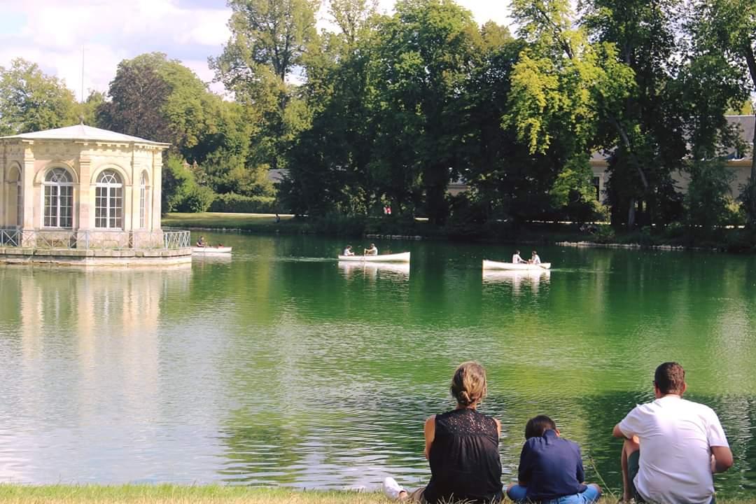 Canoter sur létang aux carpes, manger une glace ou juste sasseoir sur lherbe et profiter de linstant... Il y a de nombreuses façons de flâner dans les jardins du château pendant les vacances d'été ! 🚣😎